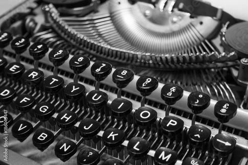 Papiers peints Retro Typewriter keyboard macro black and white background