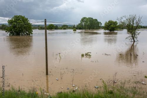 Plakat Powódź zalewała pola i miasta. Koncepcja naturalnej katastrofy.