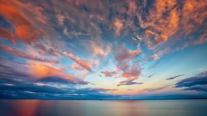 Piękny zachód słońca nad jeziorem Superior z łodzi