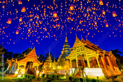 Staande foto Bedehuis Floating lamp and krathong lantern in yee peng festival at Wat Phra Singh temple. This temple contains supreme examples of Lanna art in the old city center of Chiang Mai,Thailand.