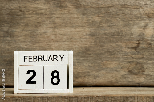 Fotografia  White block calendar present date 28 and month February on wood background