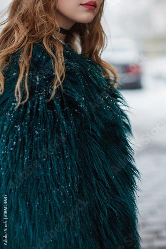 Fotografie, Obraz  Junge Frau trägt einen Mantel aus Lammfellimitat