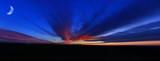 Fototapeta Miasto - Księżyc i czerwone chmury po zachodzie słońca, rybie oko.
