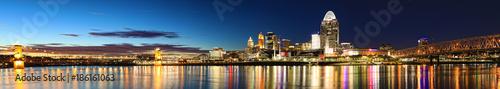 Fotografía  Panorama of the Cincinnati, Ohio skyline at night