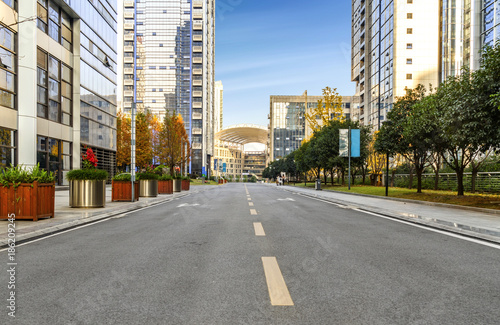 Fotografia  empty highway with cityscape and skyline of chongqing,China.