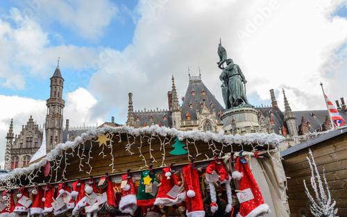 Fototapeta Mercados navideños en Brujas, ciudad de canales y puentes belga , capital de Fla