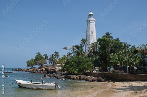 Montage in der Fensternische Leuchtturm Lighthouse in Dondra and fishing boats at the southernmost point of Sri Lanka, which was built in 1889.