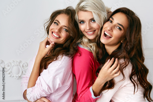 Fotografie, Obraz  Female Friends Having Fun Together At Home Party
