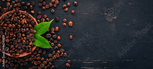 Spoed Foto op Canvas Cafe Coffee beans. On a wooden background. Top view. Copy space.