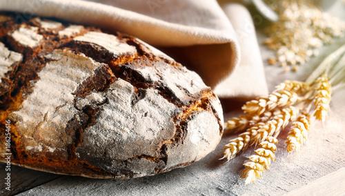 Selbstgebackenes Brot mit Ähren Fototapete