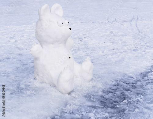 Snow sculpture of bear Canvas-taulu