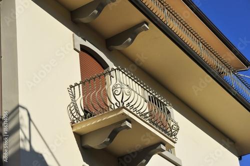 Spoed Foto op Canvas Muziekwinkel Italienischer Balkon mit Metallgeländer an Wohnhausfront
