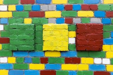 Zid od opeke s obojenim bijelim, plavim, zelenim, crvenim, žutim opekama