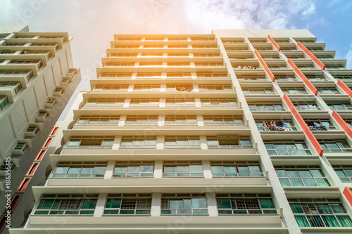Photo  low angle view of Singapore Public Housing Apartments in Punggol District, Singapore