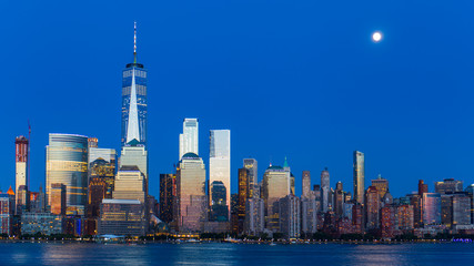 Panel Szklany Nowy York Lower Manhattan Skyline and moon rising at blue hour, NYC, USA