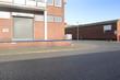 Bürogebäude und Straße  im Hafen in Bremen im Sonnenlicht