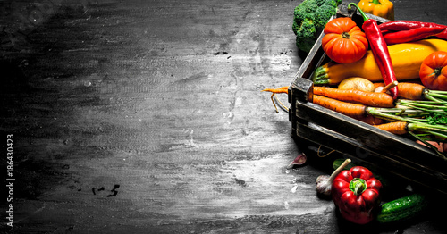 Organic food. Fresh vegetables in an old box. Canvas-taulu