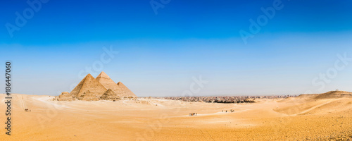Tuinposter Egypte Panorama of the desert with the great pyramids of Giza, Egypt