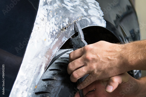 Photo The bodyworker repair the car bodywork in the car shop.