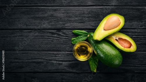 Photo  Avocado and avocado oil on a wooden background