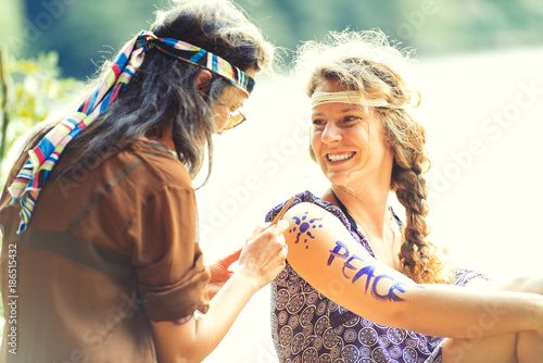 Fotomural Pretty free hippie girls. Body painting - Vintage effect photo