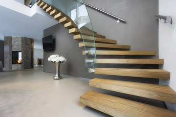 eleganckie drewniane i szklane schody w luksusowym domu