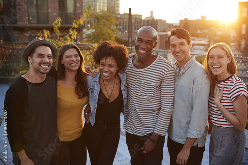Fotografía  Group portrait of friends at a rooftop party in Brooklyn