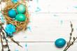Wielkanocne tło z kolorowymi pisankami i baziami z miejscem na własny tekst.