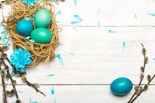 Fotografia, Obraz  Wielkanocne tło z kolorowymi pisankami i baziami z miejscem na własny tekst