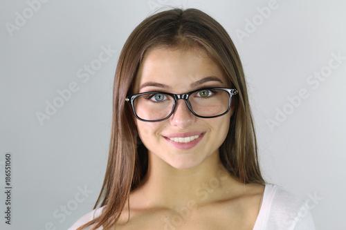 Portrait d  une belle jeune femme portant des lunettes - Buy this ... 88d6619eb037