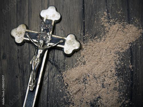 Photo Krzyż i rozsypany popiół jako symbole Środy Popielcowej