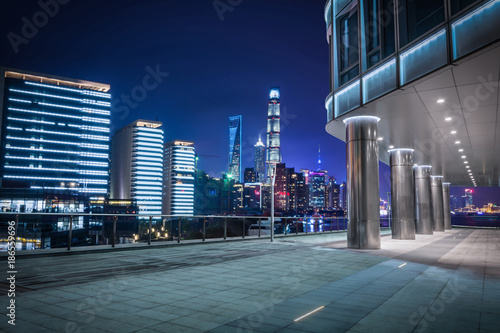 Photo  cars motion blur on city road at night in shanghai financial and trade zone