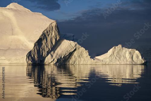 Foto op Aluminium Arctica Icebergs in Scoresbysund - Greenland