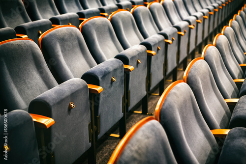 Photo sur Aluminium Opera, Theatre Brown wooden chairs in the auditorium without people