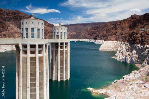 Deurstickers Dam Hoover Dam Towers on the blue Lake Mead, USA
