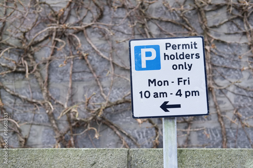 Fotografía  Permit holders only car parking on road monday to friday