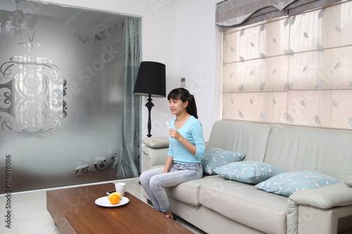 Fotografie, Obraz  テレビを見ながら歯磨きをする女性