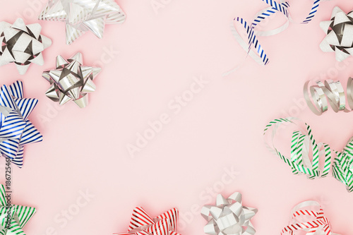 Fotografía  Festive copy space with wrapping pull bows on pink background