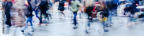 Fotografía wintry street scene in the city with people crossing a street