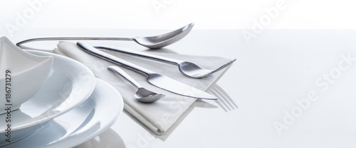 Besteck und Geschirr auf spiegeldem Tisch, Hintergrund, Panorama