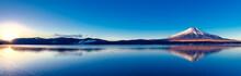 富士山と山中湖の逆さ...