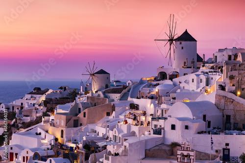 Poster Light pink Die Windmühlen und weißgewaschenen Häuser von Oia, Santorini, Griechenland, bei Sonnenuntergang