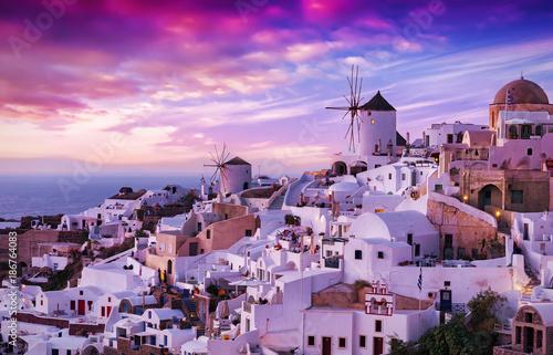 Fototapeta Der berühmte Sonnenuntergang von Oia auf Santorini in Griechenland obraz