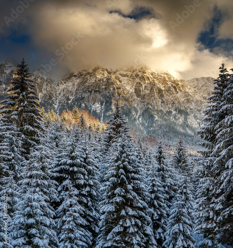 Naklejka premium Góry z śniegiem w zmierzchu