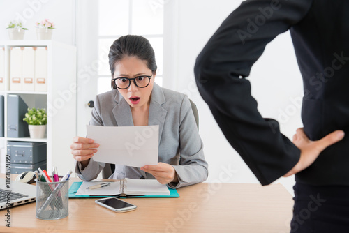 Fotomural  young attractive office worker woman getting fired