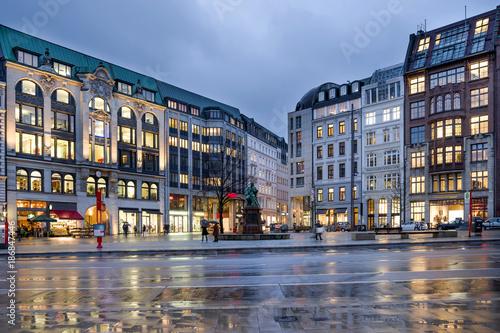 Fotografie, Obraz  Gänsemarkt Hamburg Südseite am Abend entzerrt