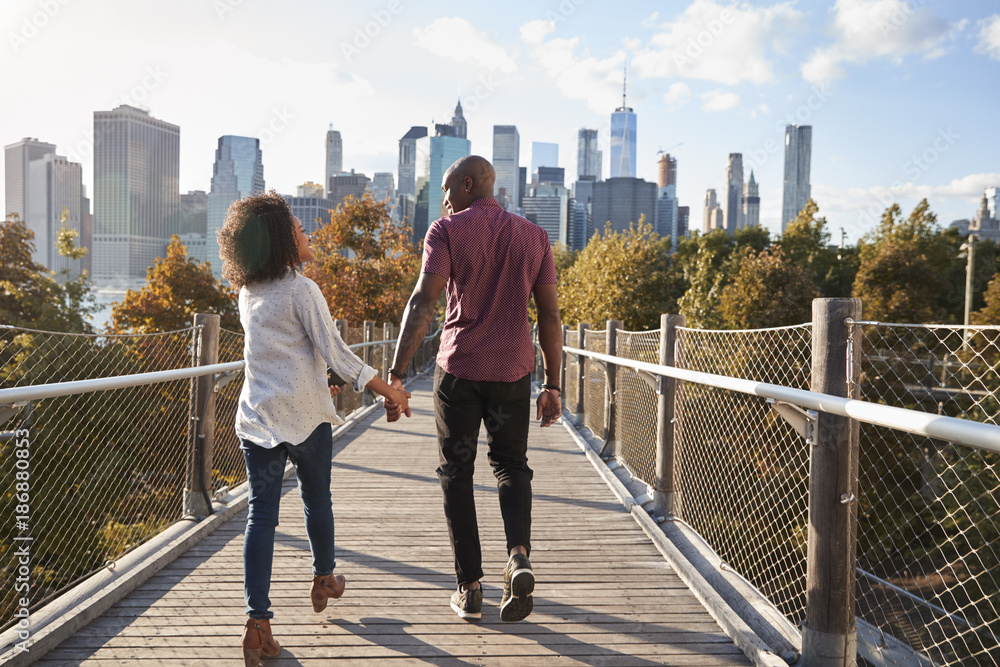 Fototapety, obrazy: Couple Visiting New York With Manhattan Skyline In Background