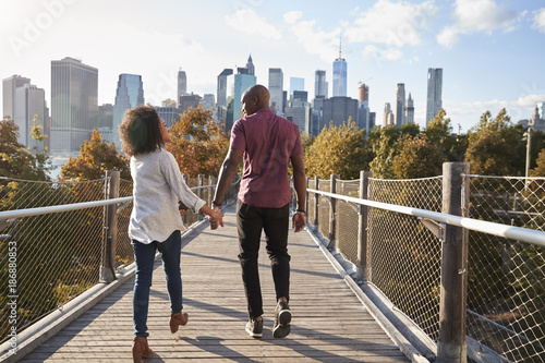 Photo  Couple Visiting New York With Manhattan Skyline In Background