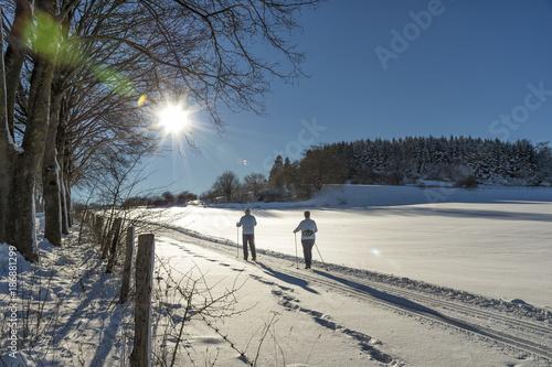 Poster Wintersporten Winterlandschaft im Sauerland – Loipe in Brilon mit 2 Ski Langläufern