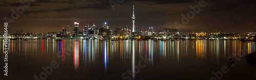 Tuinposter Nieuw Zeeland Panoramic view of Auckland city by night